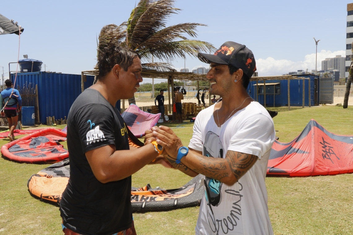 Rafinha Souza (à esq.) e Emmanuel Sousa (à dir.) representam o Ceará no Circuito Mundial de Kitesurf, na Praia do Preá