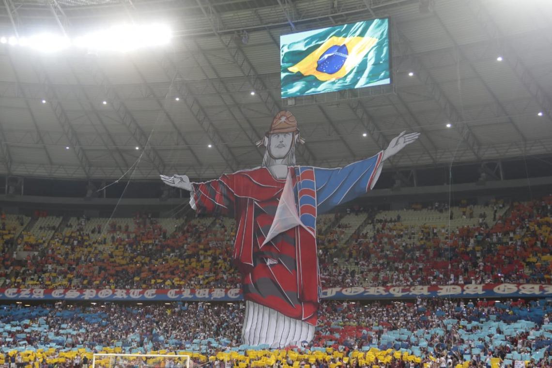 Mosaico da torcida do Fortaleza contra o Flamengo na Arena Castelão exibe Cristo Redentor