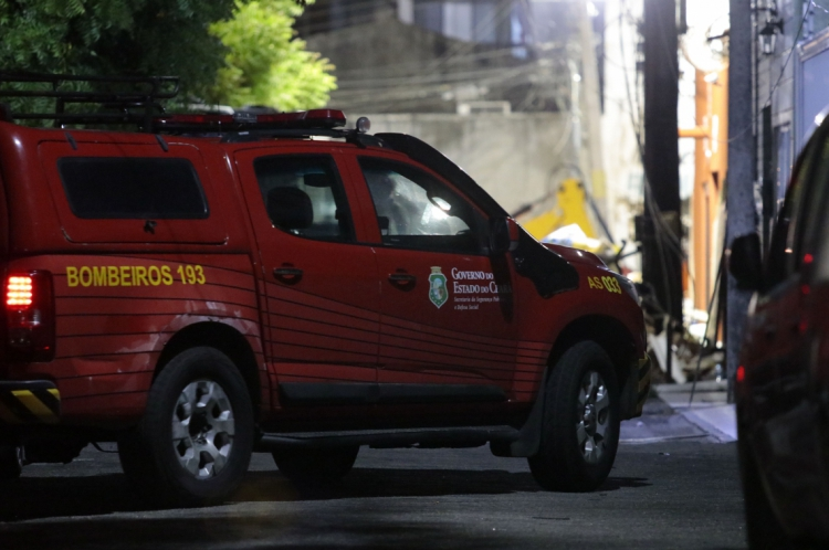 FORTALEZA, CE, BRASIL, 17-10-2019: Terceiro dia de buscas nos escombros do edifício Andréa, que desabou. Bombeiros e voluntários trabalham incessantemente na busca de sobreviventes. (Foto: Júlio Caesar/O POVO)