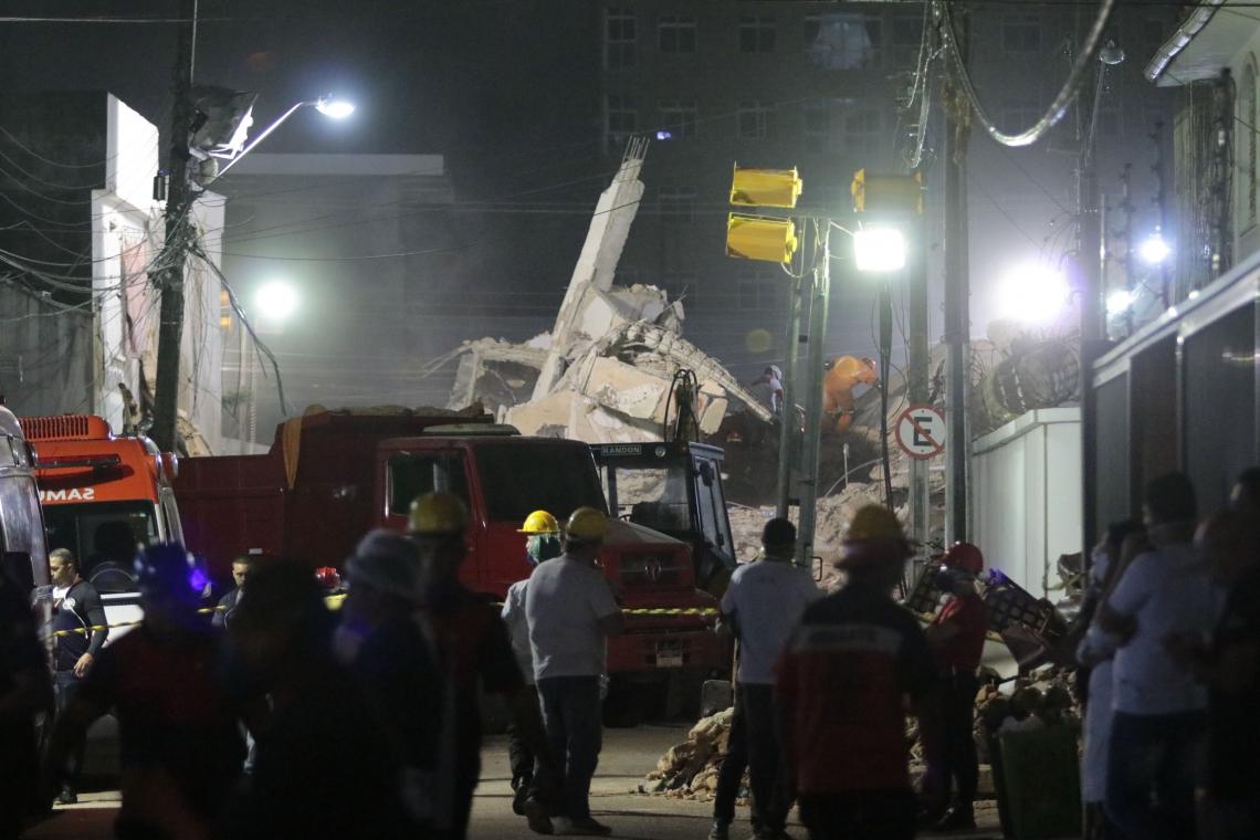 Terceiro dia de buscas nos escombros do edifício Andréa. Bombeiros e voluntários trabalham incessantemente na busca de sobreviventes. (Foto: Júlio Caesar/O POVO)