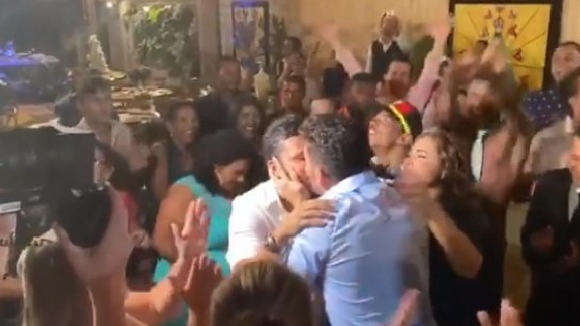 Carlinhos Maia beija marido pela primeira vez em público.