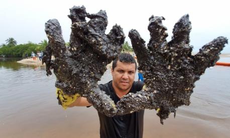 População une esforços para conter manchas de óleo em praias do Nordeste.