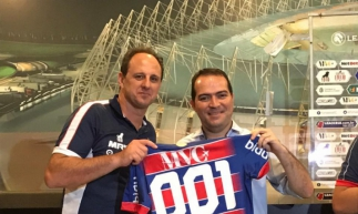 Rogério Ceni recebe camisa comemorativa pelos 100 jogos no comando do Fortaleza
