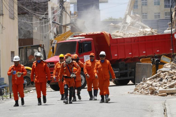 Trabalho dos bombeiros foi encerrado neste sábado com a retirada da última vítima (Foto: Mauri Melo/O POVO)