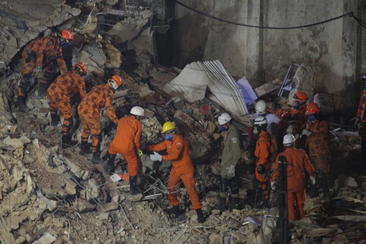 Trabalho dos bombeiros não cessou desde o primeiro dia da tragédia no edifício Andréa (Foto: JÚLIO CAESAR)