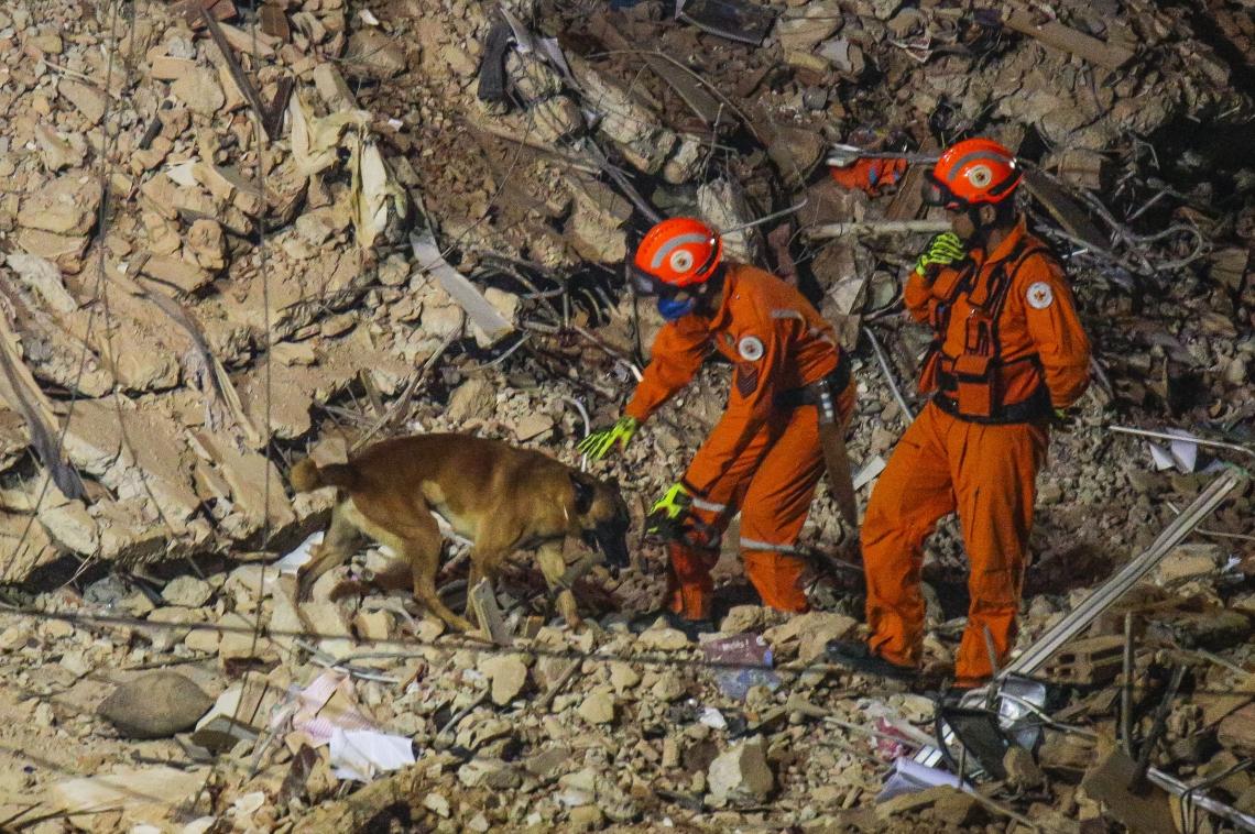 Trabalho dos bombeiros na madrugada do quarto dia de buscas nos escombros do edifício Andréa que desabou em Fortaleza