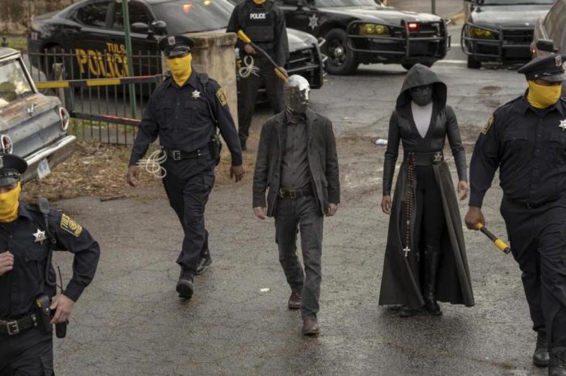 """Na imagem, policiais passam a usar máscaras amarelas para proteger suas identidades em """"Watchmen"""""""