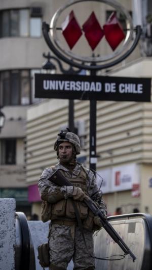 Soldado chileno guarda entrada de uma estação de metrô na capital, Santiago