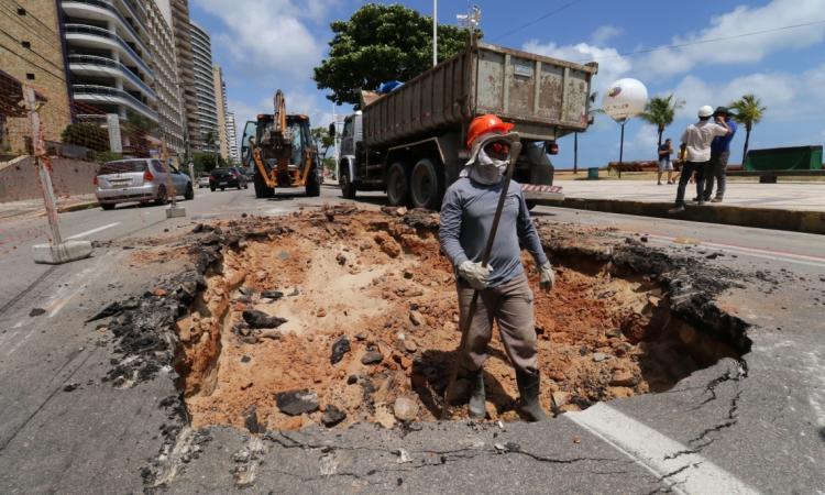 FORTALEZA, CE, BRASIL,21-10-2019: Cratera se abre na Av. Hiistoriador Raimundo Girão proximo a feirinha.  (Foto: Fabio Lima/O POVO)