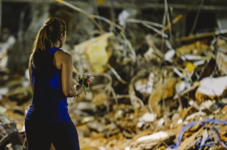 Moradores e voluntários levam rosas como homenagem às vitimas da tragédia do edifício Andrea
