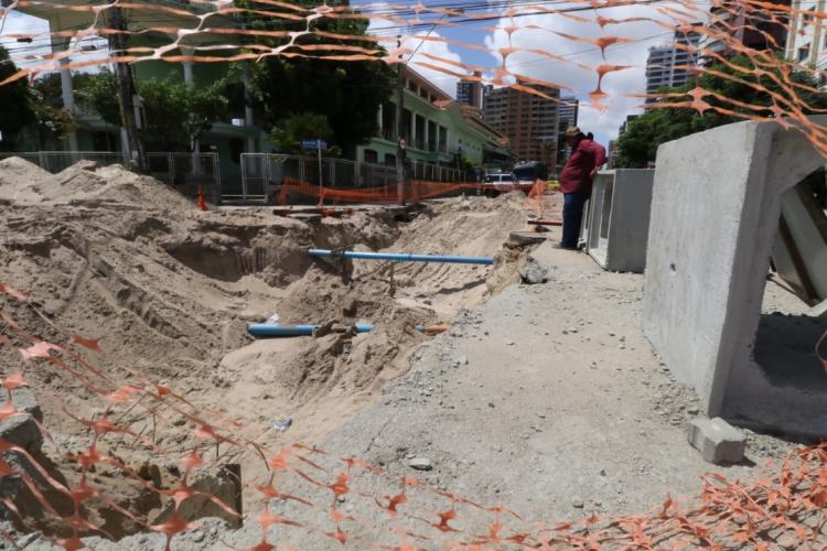 Vazamento de esgoto durou três dias e impediu passagem de pedestres em trecho da avenida (Foto: Fabio Lima)