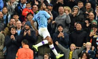 Sterling marca três gols contra Atalanta