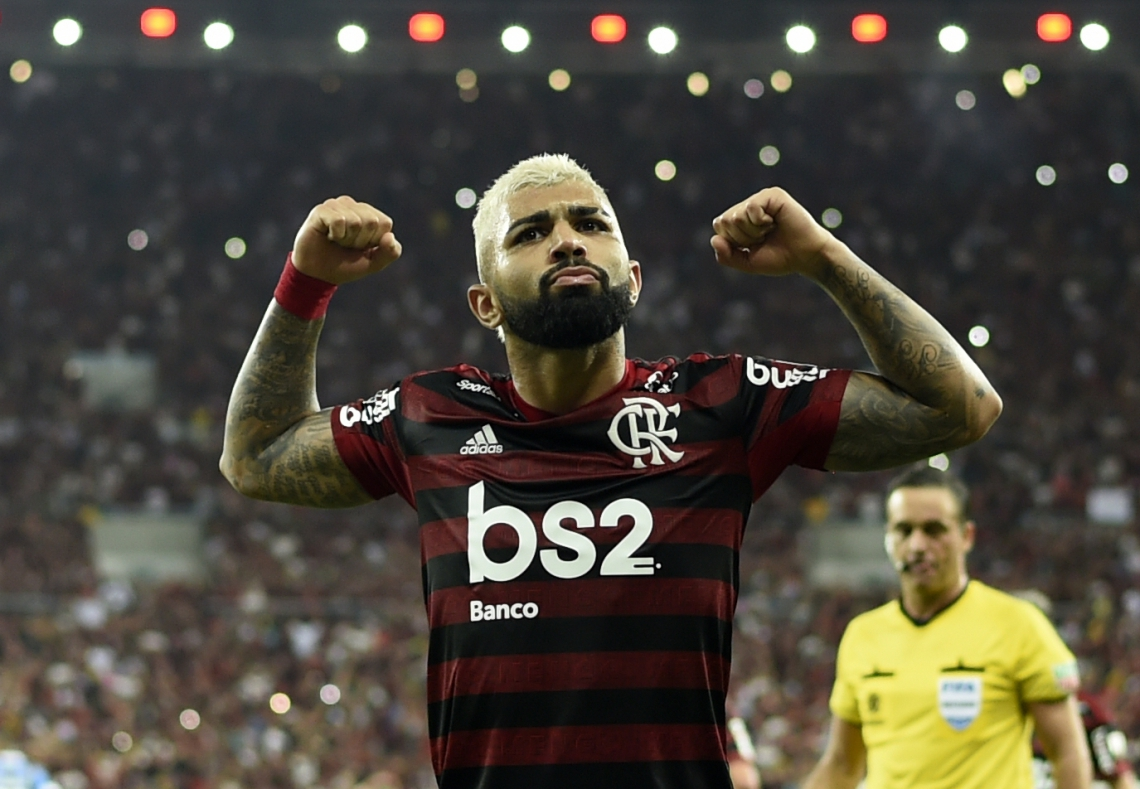 Gabriel Barbosa comemora a vitória contra o Grêmio na semi-final da Copa Libertadores  (Photo by MAURO PIMENTEL / AFP)