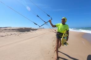 TAIBA, CE, BRASIL,24-10-2019: Ruediger Ran, Alemão de 81 anos vem para o Brasil praticar kite surf.  (Foto: Fabio Lima/O POVO)