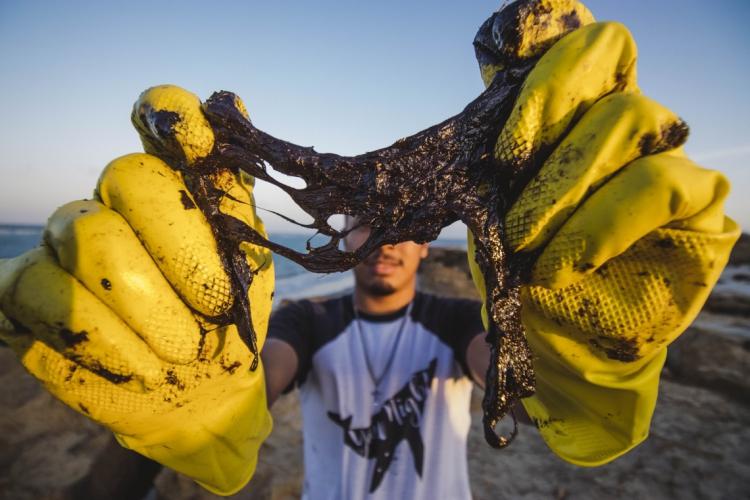 Desde agosto, o litoral do Nordeste vive alerta por conta de manchas de óleo encontradas na costa do País (Foto: AURELIO ALVES)