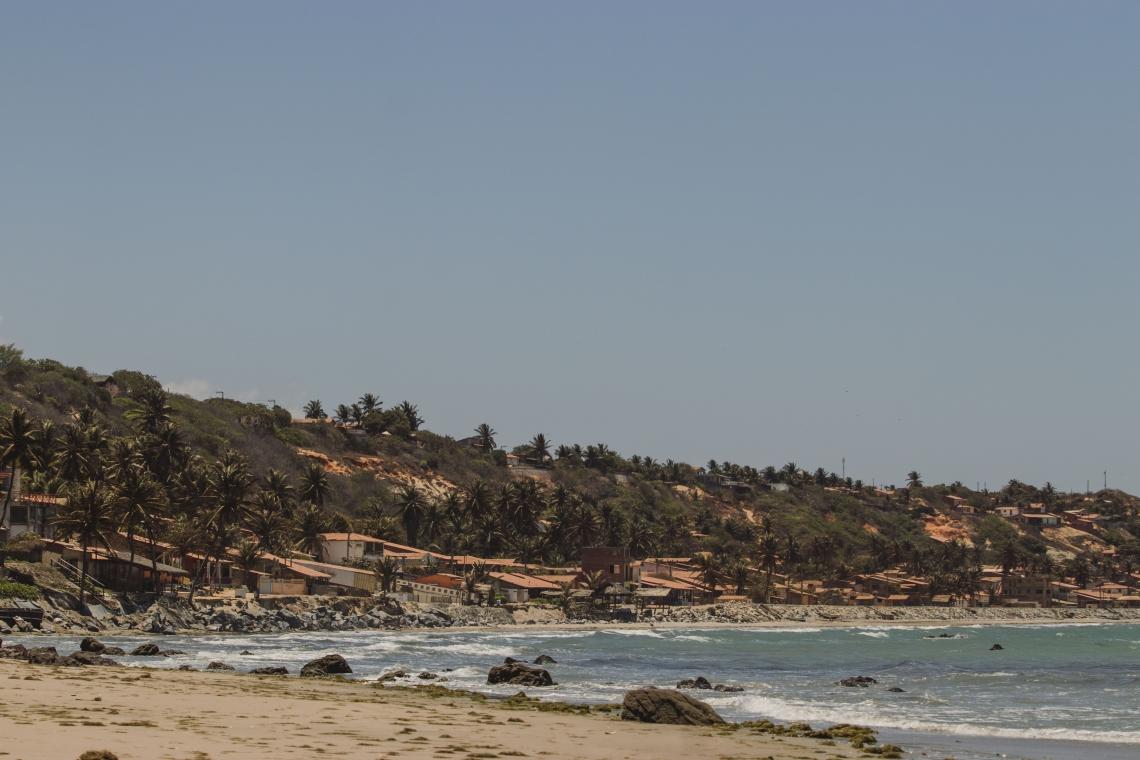 Associação que representa pequenos hotéis, pousadas e hostels já prevê  mais 500 demissões em breve.  Foto do litoral leste do Ceará (Foto: AURELIO ALVES)