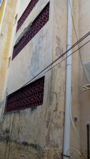 A estrutura do prédio se deteriorou desde a notificação da Defesa Civil, afirmam moradores.