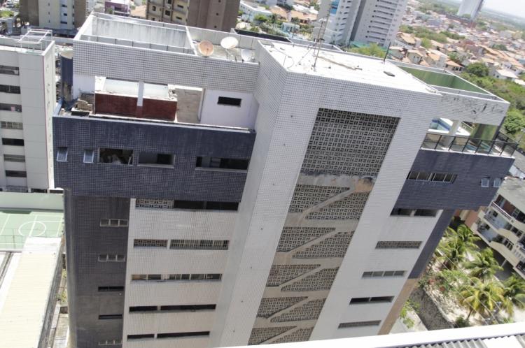 FORTALEZA, CEARÁ, BRASIL 25-10-2019: Edifício Sain Patrick, no Parque do Cocó, se encontra abandonado há seis anos e preocupa moradores, pois apresenta risco de desabamento devido a quantidade de rachaduras na estrutura (Foto: Sandro Valentim)