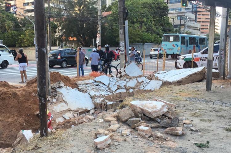 Um muro desabou e feriu três pessoas que trabalhavam em uma obra na tarde desta sexta-feira, 25, na avenida Dom Luís, na Aldeota, na esquina com a rua Oswaldo Cruz
