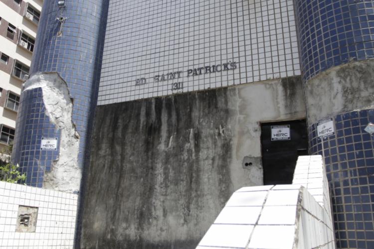 FORTALEZA, CEARÁ, BRASIL 25-10-2019: Edifício Sain Patrick, no Parque do Cocó, se encontra abandonado há seis anos e preocupa moradores, pois apresenta risco de desabamento devido a quantidade de rachaduras na estrutura. (Foto: Sandro Valentim)