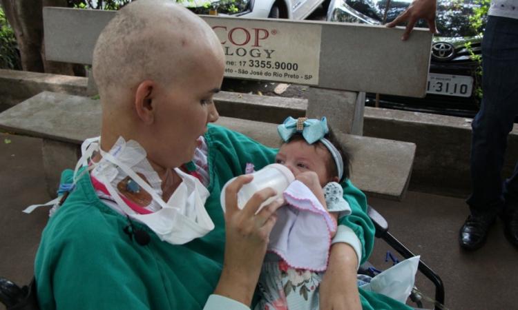 Bebê nasceu saudável, mas mãe recebeu diagnóstico poucos dias após o parto