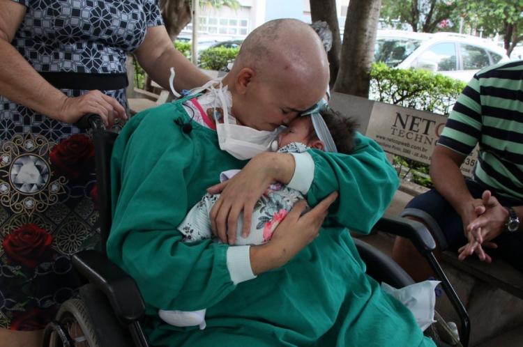 Mãe e filha ficaram um mês separadas devido ao tratamento da leucemia de Natália