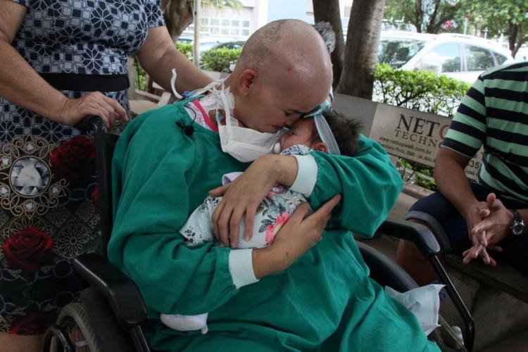 Mãe e filha ficaram um mês separadas devido ao tratamento da leucemia de Natália (Foto: Hospital de Base/Divulgação)