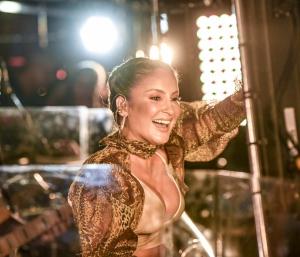 No show, ela vai cantar sucessos que marcaram a sua carreira, além dos novos hits do EP Bandera Move, trabalho que mistura ritmos do reggaeton e axé