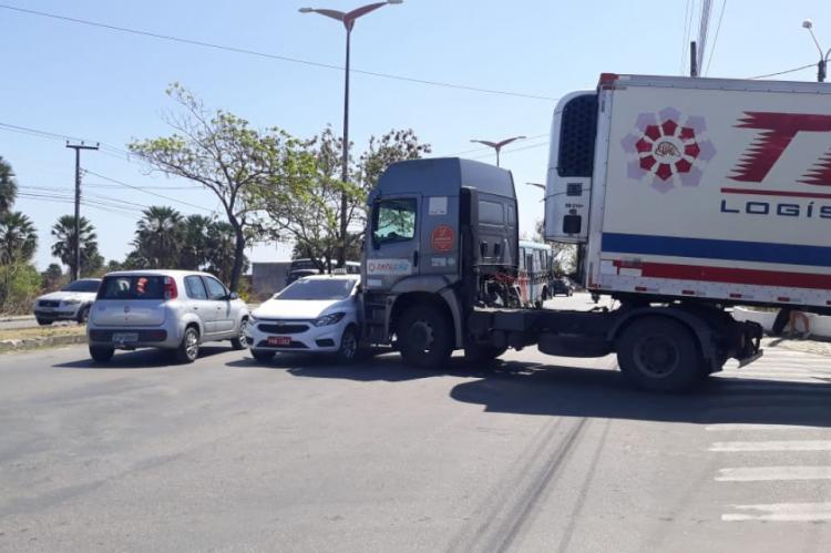 Colisão entre carreta e táxi deixou o trânsito lento na avenida Osório de Paiva, nesta segunda-feira, 28