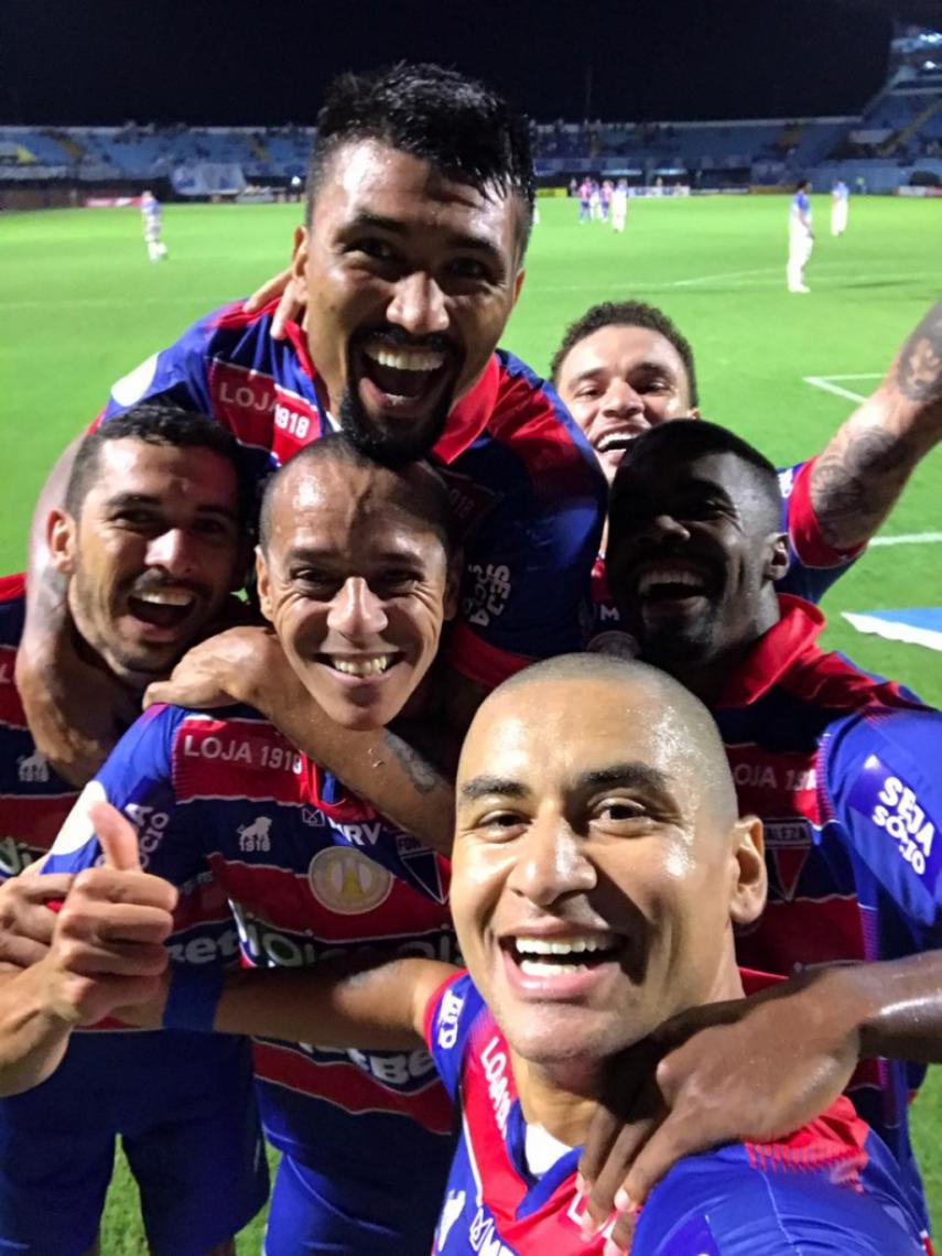 Wellington Paulista comemora gol diante do Avaí com selfie