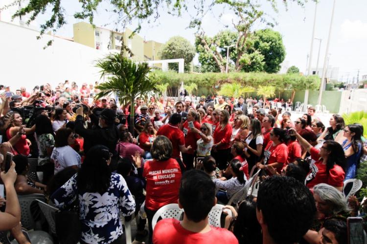 FORTALEZA, CE, BRASIL, 25-01-2018: Protestos de professores, na Camara de Vereadores de Fortaleza,  contra a retirada de pauta do projeto da liberdade de cátedra. (Foto: Sandro Valentim/O POVO).