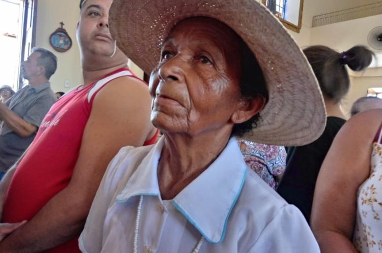 Dona Maria viaja de Sergipe ao Ceará há 30 anos para visitar o túmulo do Padre Cícero