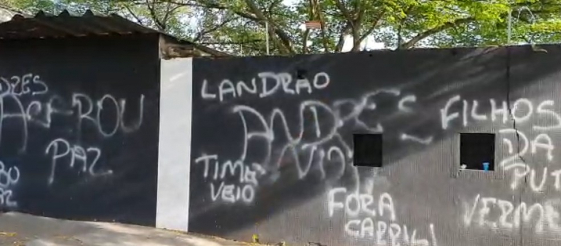 Protestos no Parque São Jorge criticam elenco, diretoria e treinador