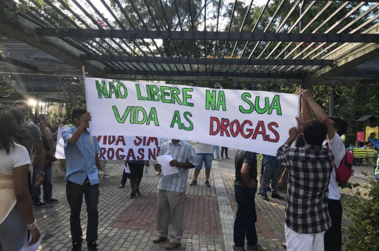 Manifestantes se reuniram no domingo à tarde, na Praça da Imprensa