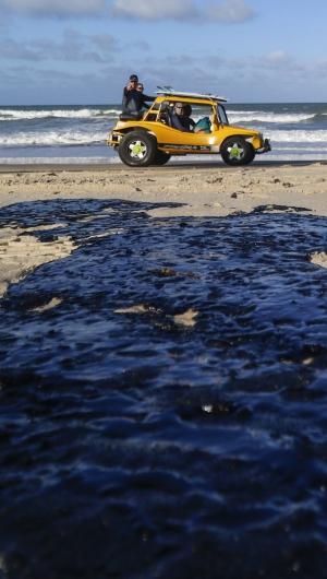 MANCHAS DE ÓLEO registradas na praia do Cumbuco, Caucaia, em novembro último