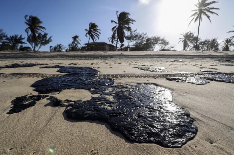 Manchas de óleo atingem a praia do Cumbuco, famosa internacionalmente pelos bons ventos para a prática de kitesurf