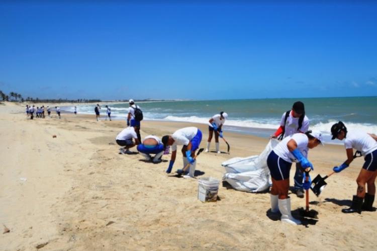 Cerca de 80 pessoas trabalham na operação de limpeza da praia do Cumbuco