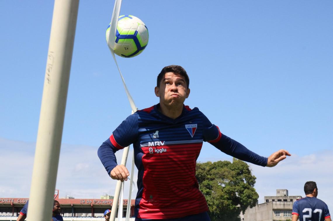 Osvaldo em ação durante treino físico no Leão do Pici.