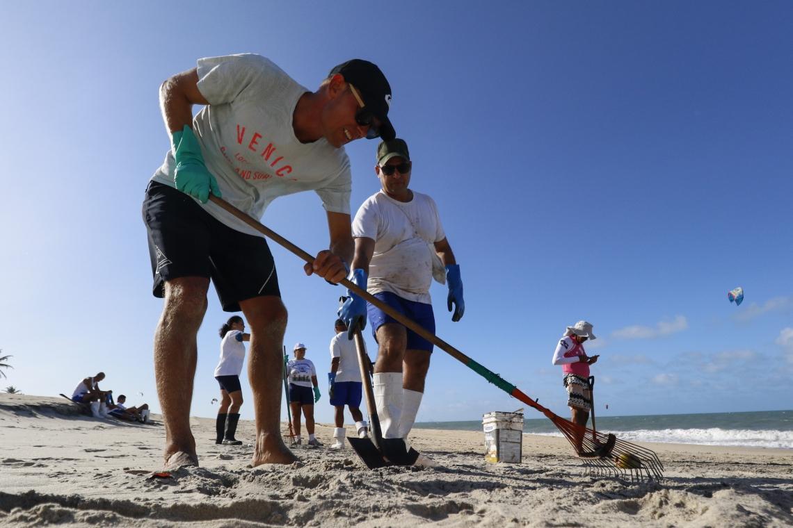 VOLUNTÁRIOS fazem limpeza na praia do Cumbuco sem proteção necessária