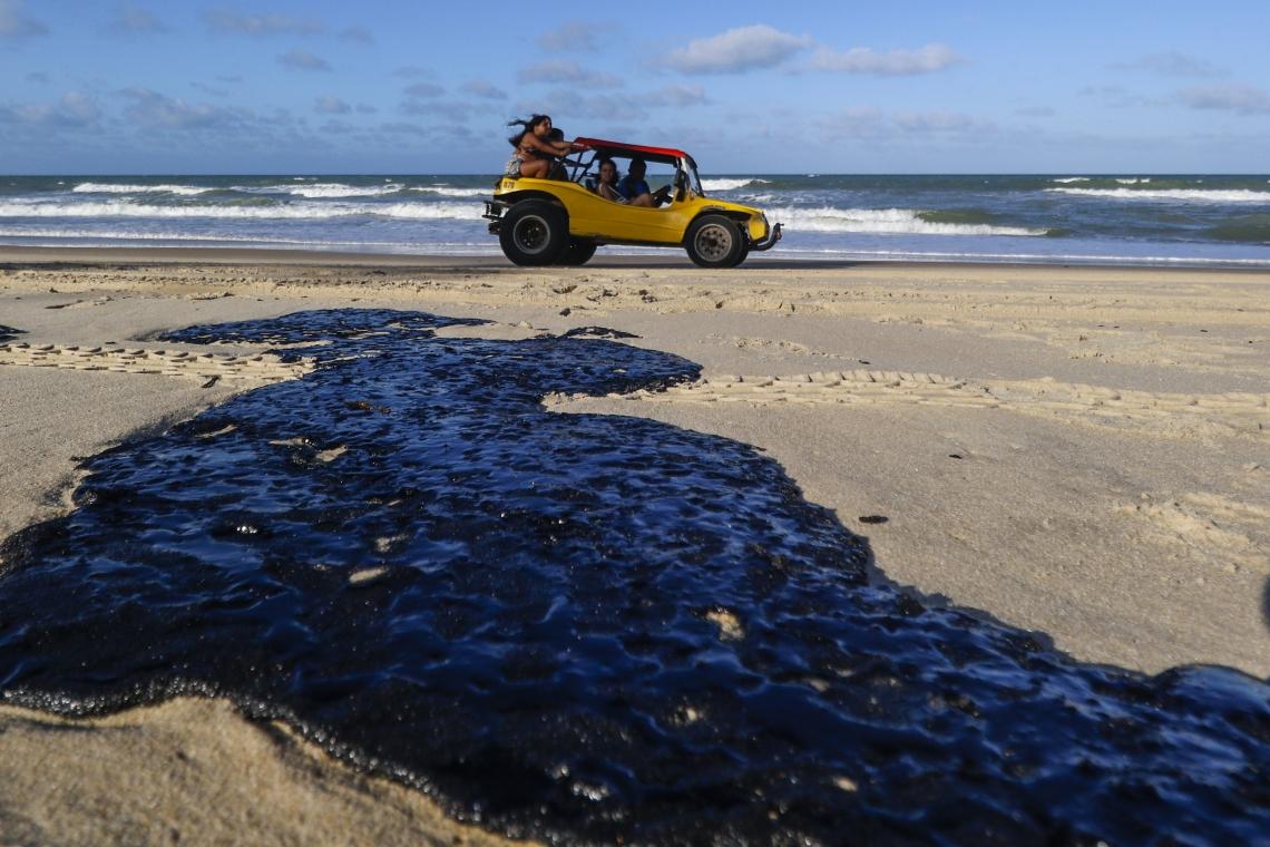 CAUCAIA, CE, BRASIL,  05-11-2019: Manchas de óleo atingem a praia do Cumbuco. (Alex Gomes/O Povo)