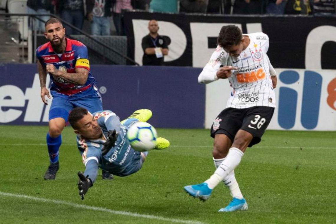 Pedrinho tenta arremate, mas goleiro Felipe Alves defende