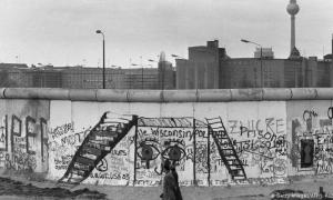 O muro se manteve de pé durante os anos que seguiram à Guerra Fria, ao tempo que o questionamento sobre ele aumentava; bem como o questionamento sobre a própria guerra