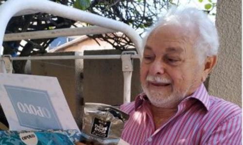 Hoje, o aposentado recebe o jornal pelo mesmo local das cartas, onde Rambo não alcança