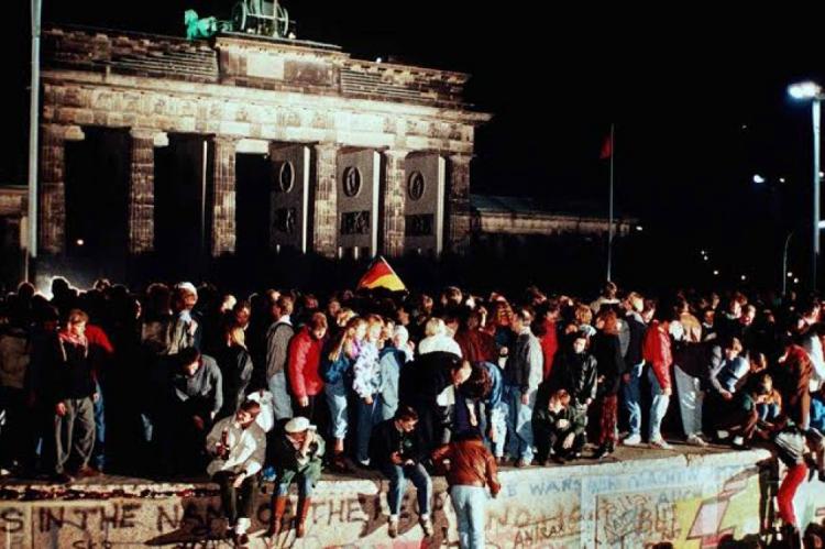 Para evitar o fluxo de pessoas e um suposto levante armado, a União Soviética decidiu junto à Alemanha Oriental erguer o muro