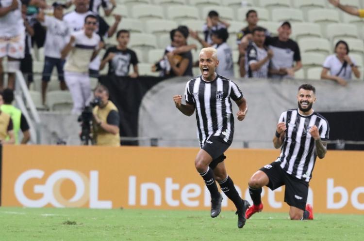 Mateus Gonçalves, com cabelos platinados, fez gol contra Palmeiras