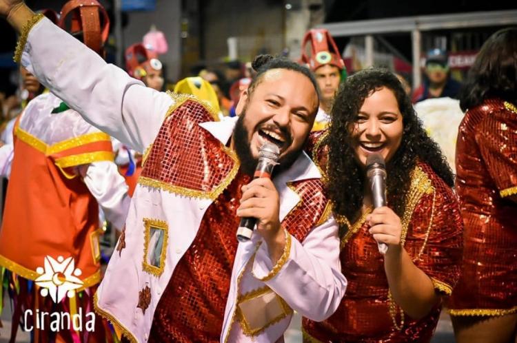 """O tema do enredo do bloco A Turma do Mamão em 2019 foi """"Folclores do Ceará"""".  Em 2020, A Turma do Mamão homenageará Beth Carvalho."""