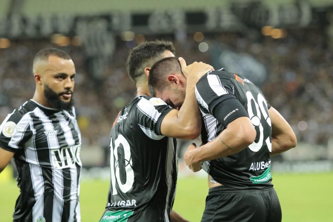 Thiago Galhardo comemora gol diante do Internacional.