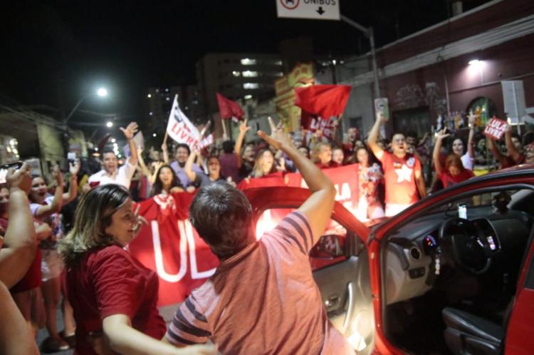 Além dos apoiadores que já estavam no local, carros apoiavam buzinando e ou descendo dos veículos