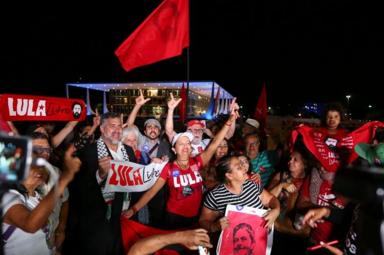 Manifestantes comemoram soltura do ex-presidente Lula
