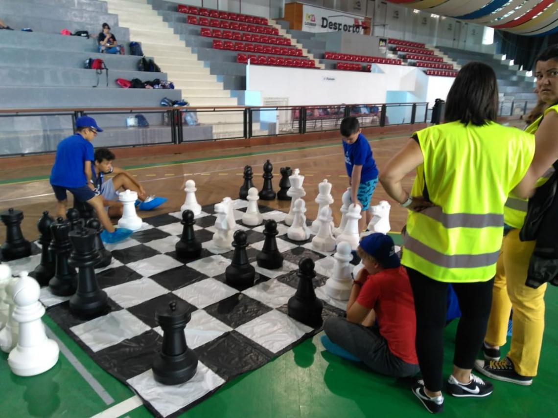 Jogos de dama e xadrez gigantes são algumas das brincadeiras do projeto